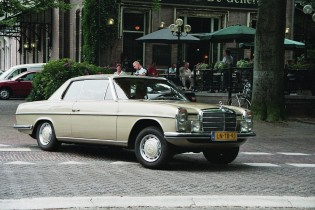 Mercedes in stad, beige