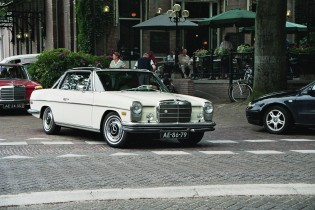 Mercedes in stad, wit