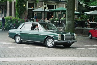 mercedes in stad groen