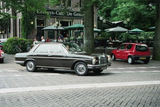 mercedes in stad zwart